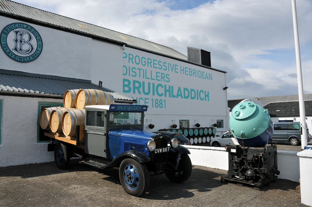 Picture of an old lorry with whisky casks at Bruichladdich distillery