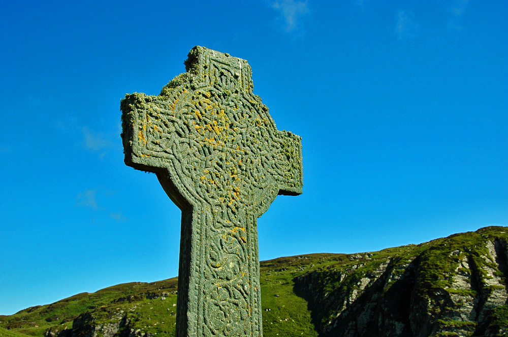 Picture of a Celtic cross, the Kilchoman Cross, on a sunny day