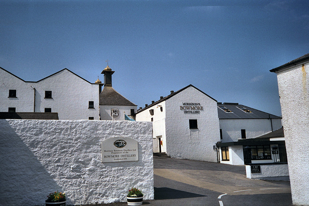 Picture of the entrance of Bowmore distillery on Islay on a sunny day