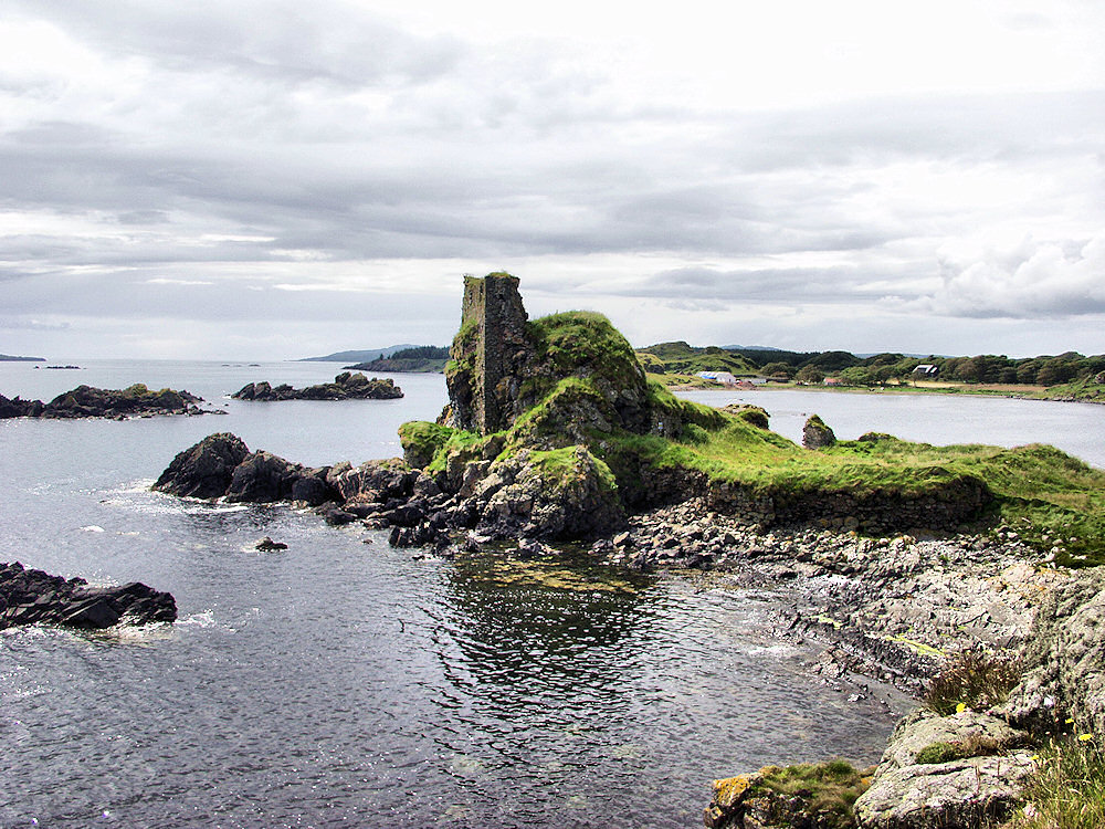 Picture of the ruin of a small castle on a sea shore