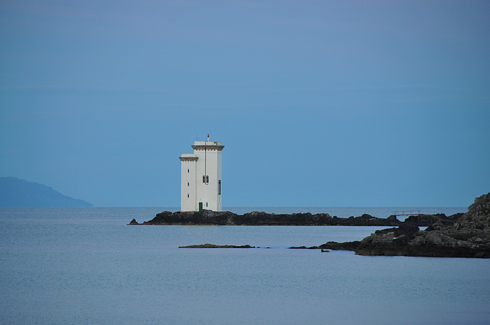 Picture of a square lighthouse in the evening light