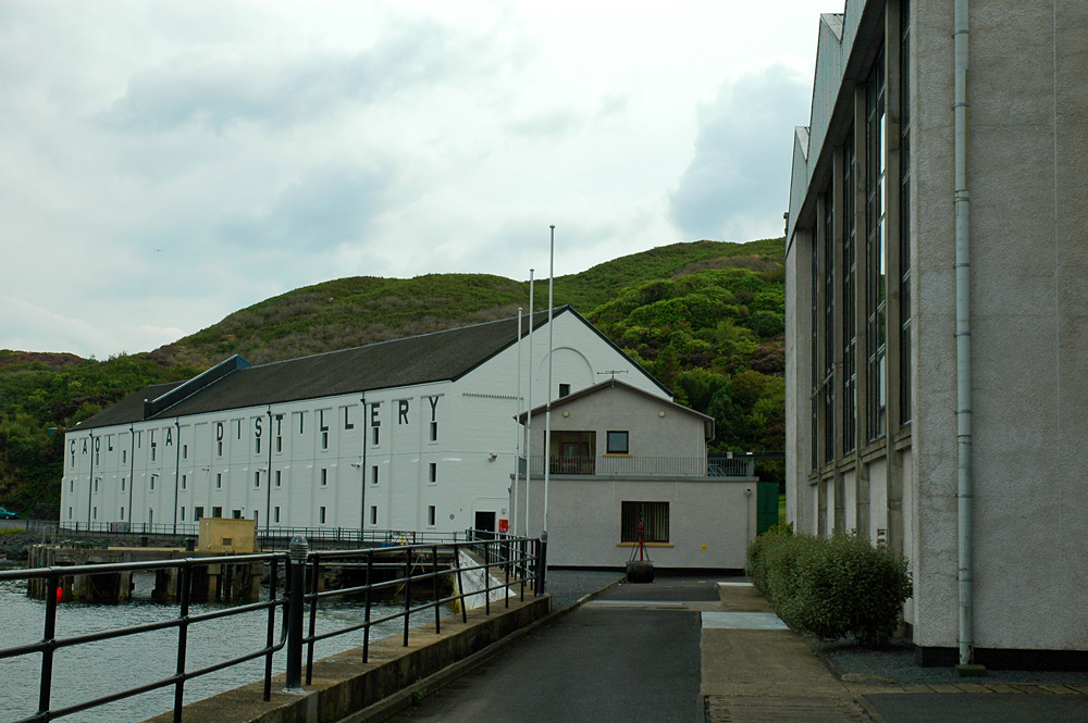 Picture of a distillery with an old warehouse and a modern stillhouse