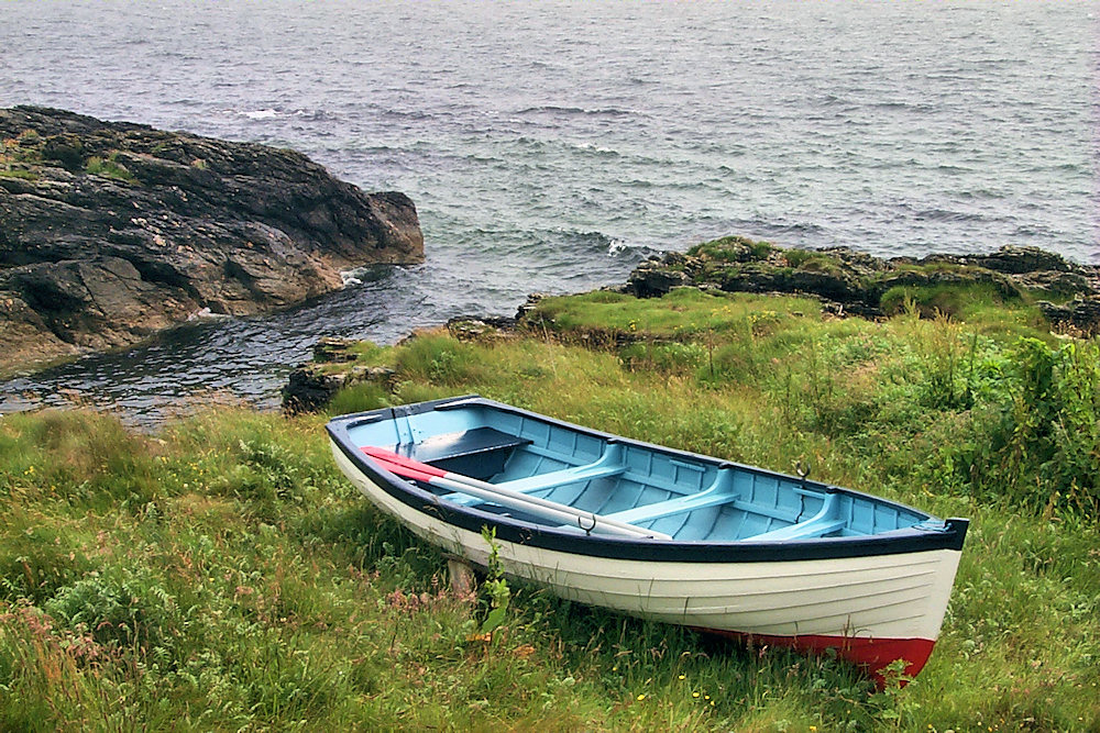 Picture of a small rowing boat on a shore
