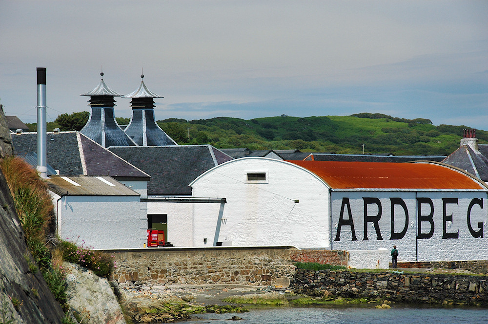 Picture of Ardbeg distillery on the coast of Islay
