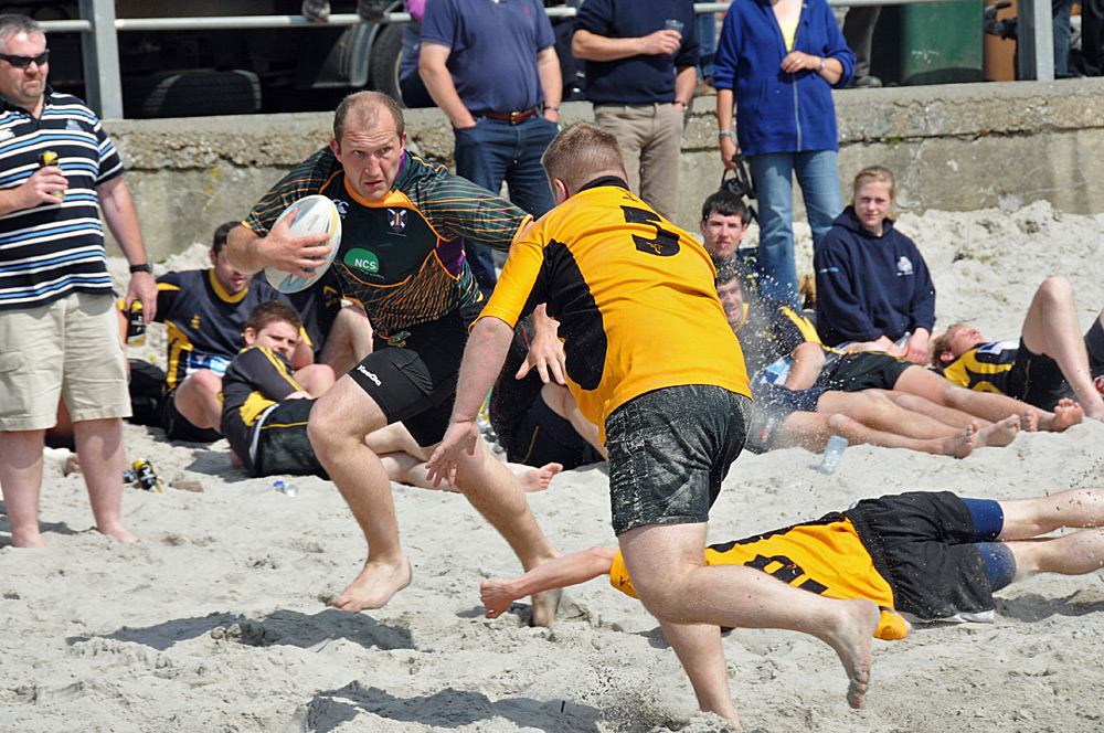 Picture of a player attacking in a beach rugby game