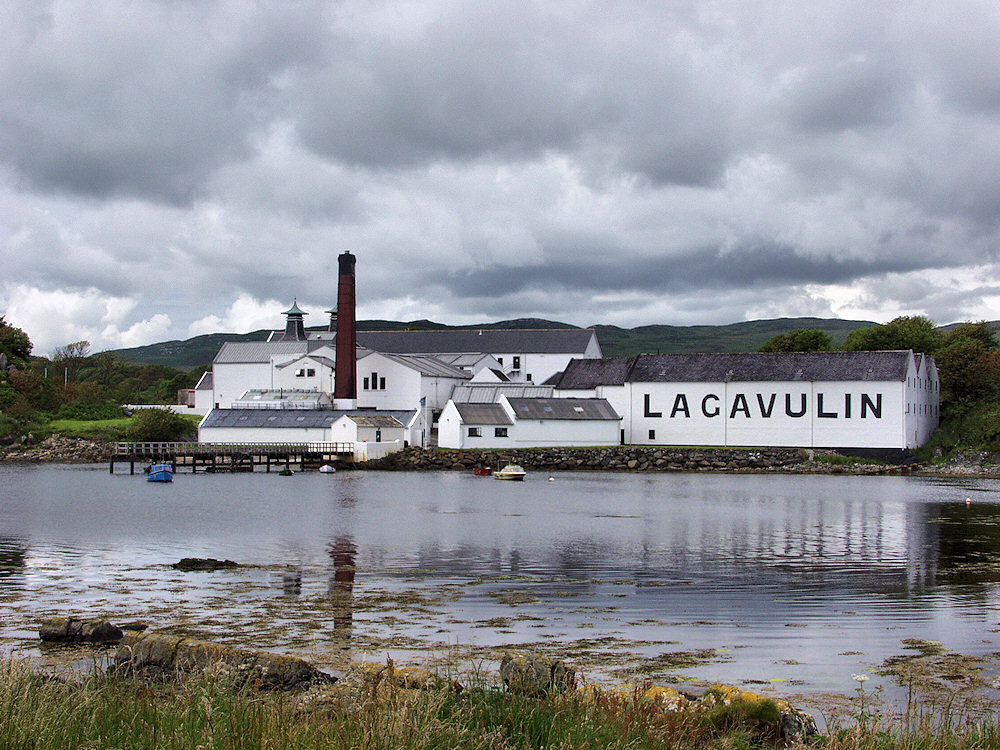 Picture of Lagavulin distillery seen across the bay