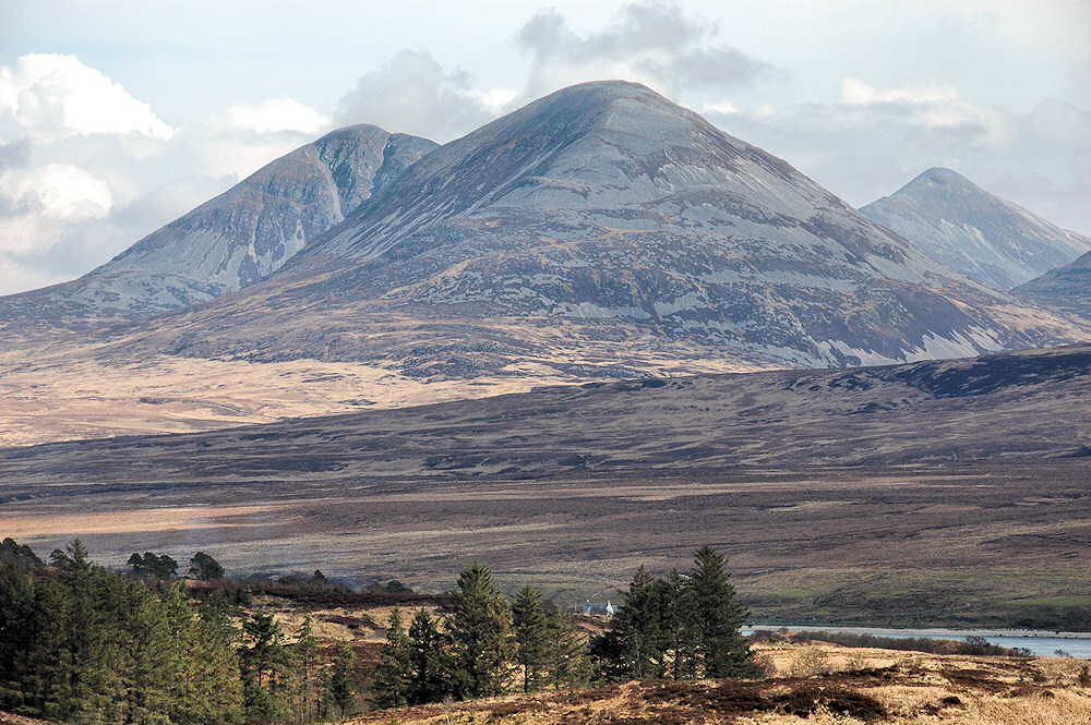 Picture of a view to three mountains called the Paps of Jura