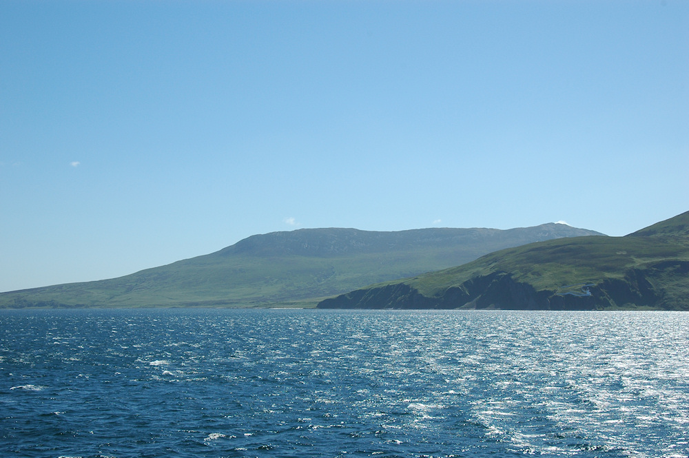 Picture of a coastal landscape in the sun seen from a ferry