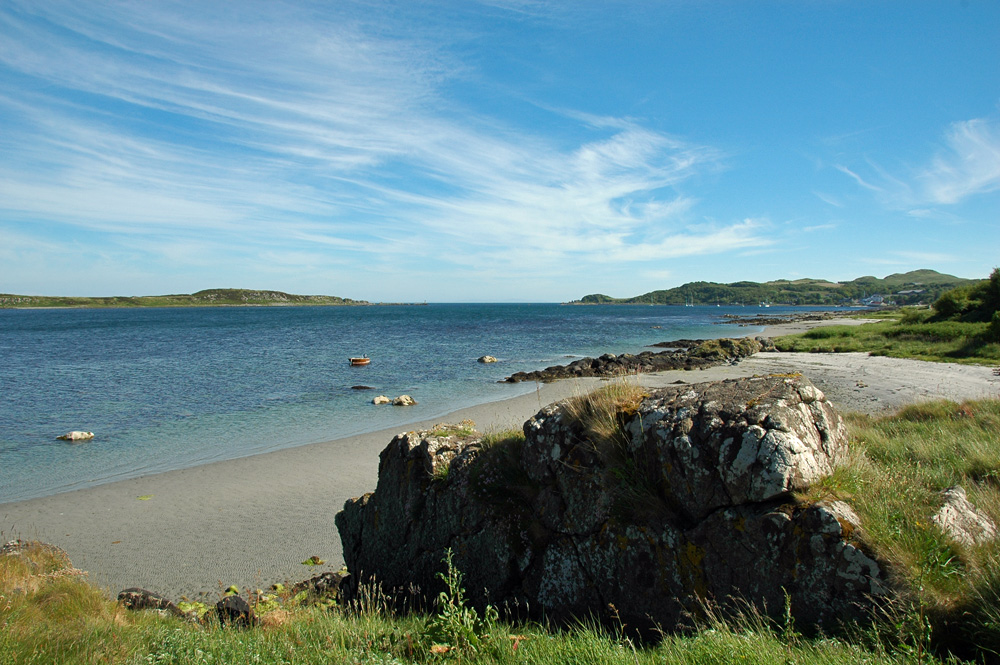 Picture of a bay with beaches, a village and a sheltering island