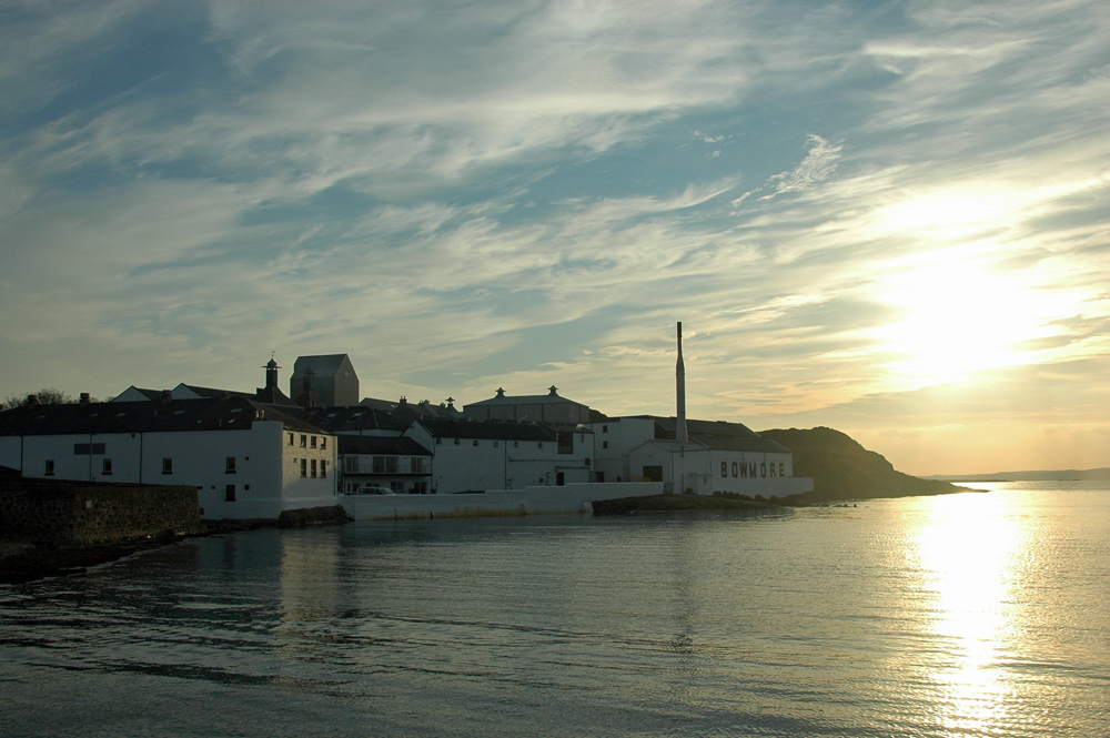Picture of Bowmore distillery on the shore under low evening sun