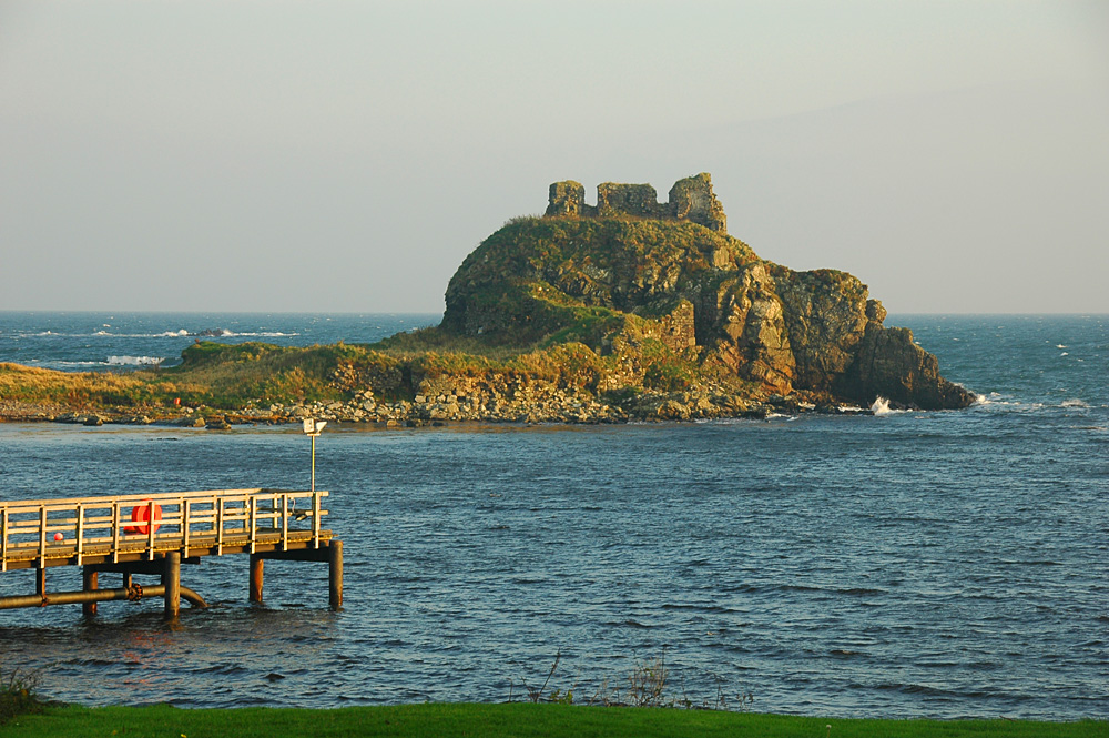Picture of a castle ruin in the evening light