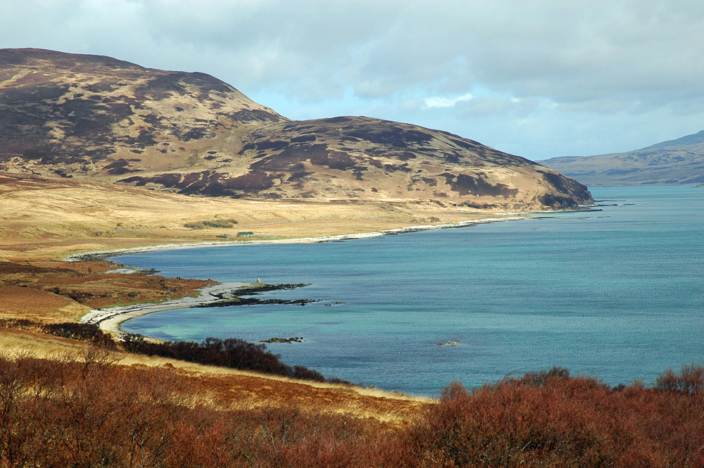 Picture of a remote bay with a bothy