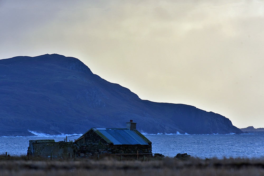 Picture of an old house/cottage/building overlooking a bay
