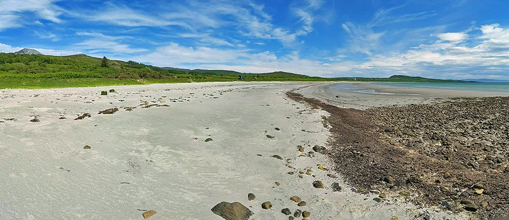 Panoramic picture of an island beach stretching out into the distance