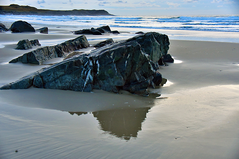 Picture of rocks in a beach in the gloaming