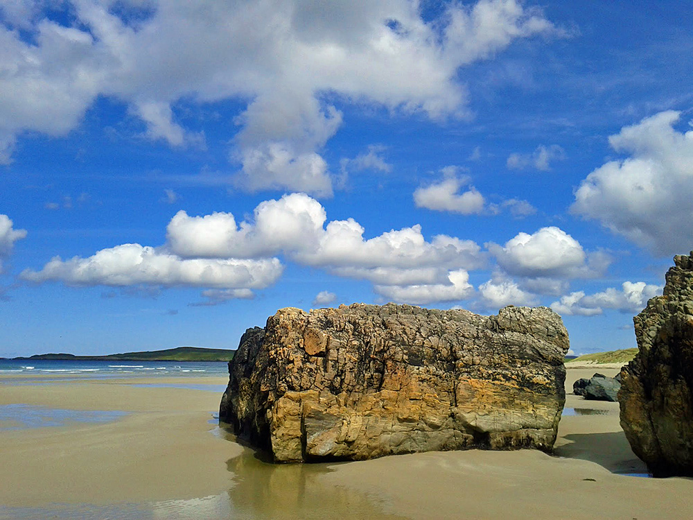 Picture of a large rock on a sandybeach