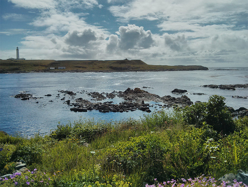 Picture of a lighthouse on a smaller island on a sunny June day