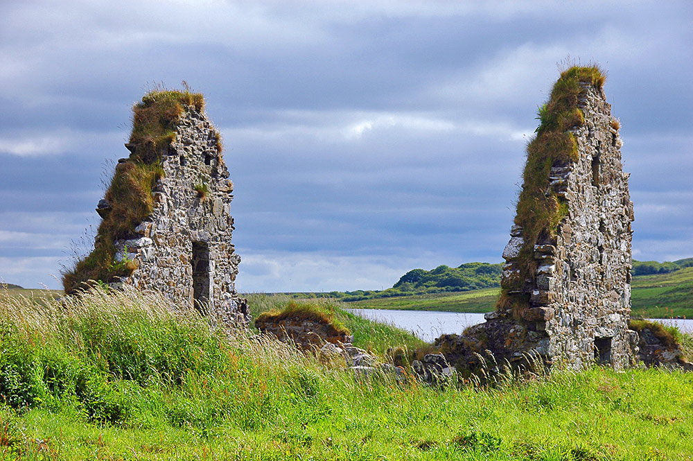 Picture of the gables of an old house ruin at Finlaggan